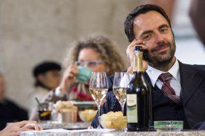 Neri Marcorè in una scena del film Leoni